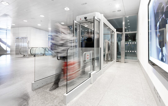 record FlipFlow TWIN – glass tunnel with 2 pairs of automatic doors and intelligent sensors.